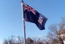 Ceres: Colocaron una bandera británica de Malvinas en una plazoleta